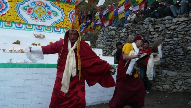 Inauguration de la nouvelle stupa par le lama (enseignant tibetain) du village de Thulo Syabru