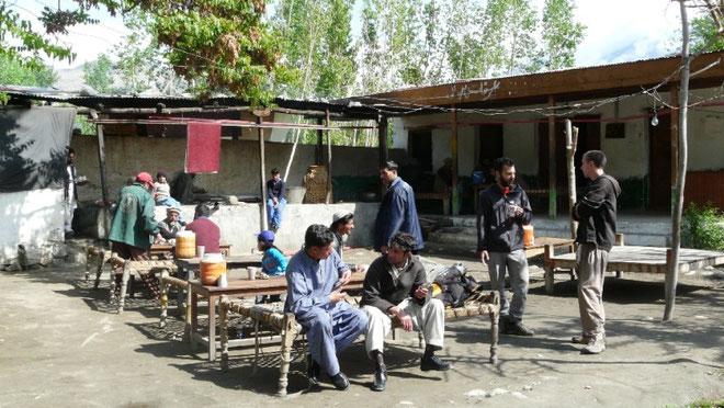 Pause tchai (thé) dans un daba pendant le trajet en bus; lors des longs trajets on s'arrete aussi pour les prieres