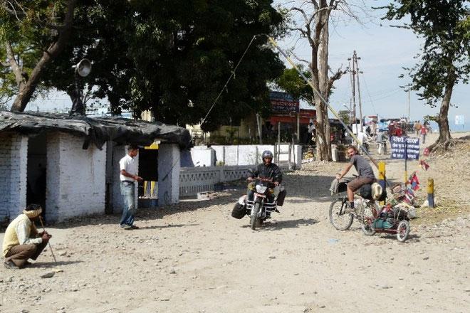 Passage de la frontiere : apres pres de 3 mois au Nepal, nous partons maintenant a la decouverte de l'Inde..