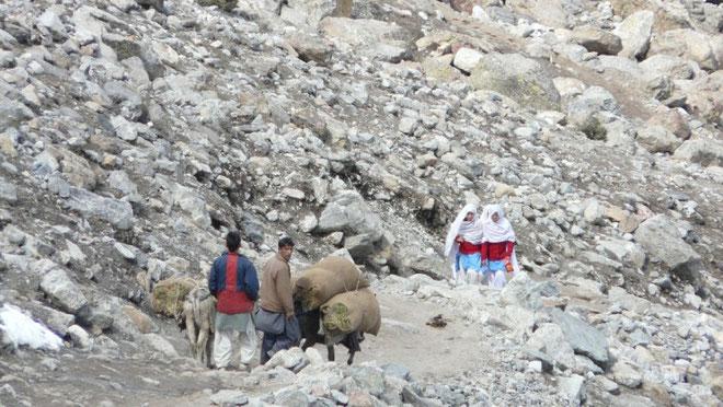 Au fond de la vallée, pendant que des hommes ramenent du foin, des jeunes filles rentrent de l'école