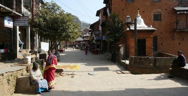 La grande rue de bandipur, et ses maisons Newar (toits d'ardoises et fenetres de bois sculptees)