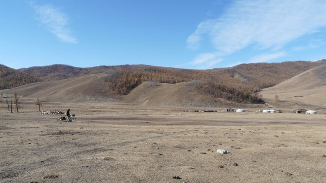 Dans une tres jolie vallee aux couleurs brunes, rien ne manquait, une petite riviere, une foret de melezes, des paturages pour les troupeaux, et des yourtes