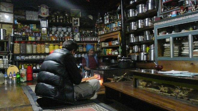 Chez l'habitant, a Samarthang. Le poele trone toujours au milieu, entoure de la nombreuse vaisselle