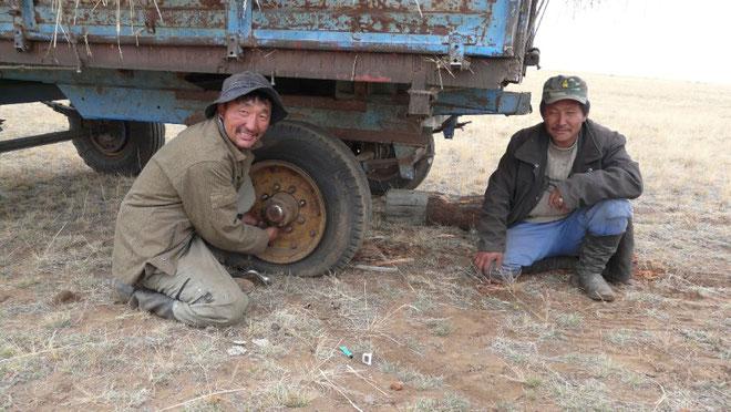Operation reparation crevaison avec  deux sympathiques agriculteurs