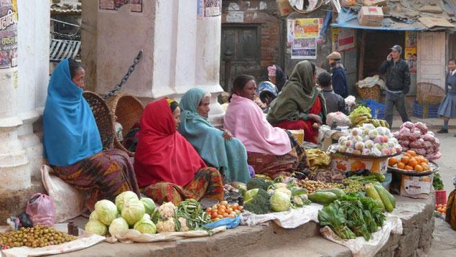 Marchandes de légumes sur la place centrale de Tansen