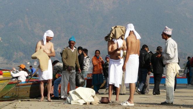 Hindous se preparant pour une baignade de purification dans le lac Phewa