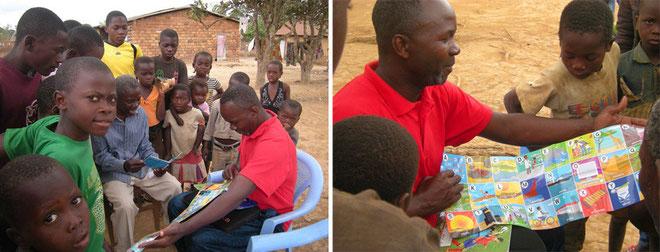 Jean Paul Wabotaï montre aux enfants l'affiche Alphabet Africa