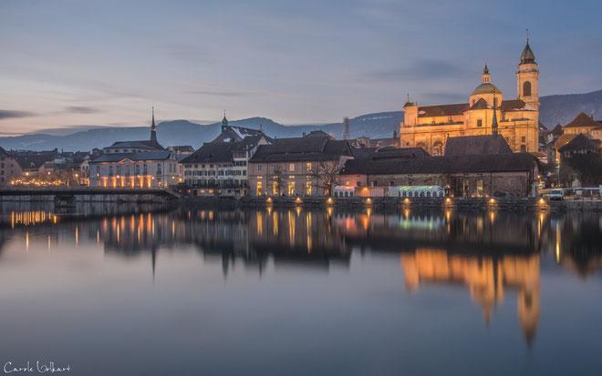 Abenddämmerung, rechts im Bild die beleuchtete St. Ursen Kathedrale