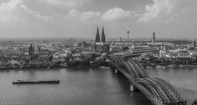 Aussicht von der ca. 100 Meter hohen Panorama Plattform Köln Triangle auf den Rhein mit Hohenzollernbrücke und Dom am Ende der Brücke