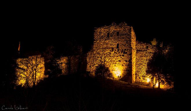 Burgruine nachts von unten betrachtet