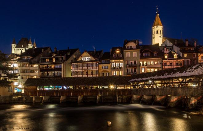 im Hintergrund links das Schloss Thun und rechts die Stadtkirche Thun
