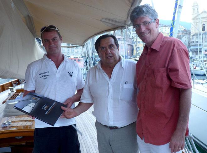 Paul Giudicelli a offert le livre de la ville de Bastia au capitaine du Moonbeam of fife en présence de Philippe Doucet