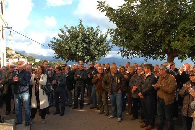Plus d'une centaine de personnes ont participé à ce rassemblement pour apporter leur soutien à Jean paolini et pour exprimer leur inquiétude et leur ras-le-bol face à cette montée de la violence qui touche des élus et leurs familles
