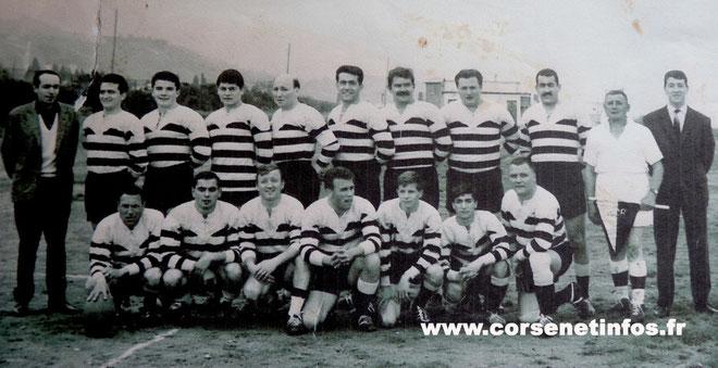 Joseph Gandolfi-Scheit (accroupis au centre) sous le maillot du RCB avant l'un des premiers matches disputés à Bastia