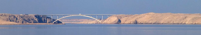 mit Brücke zur Insel Pag