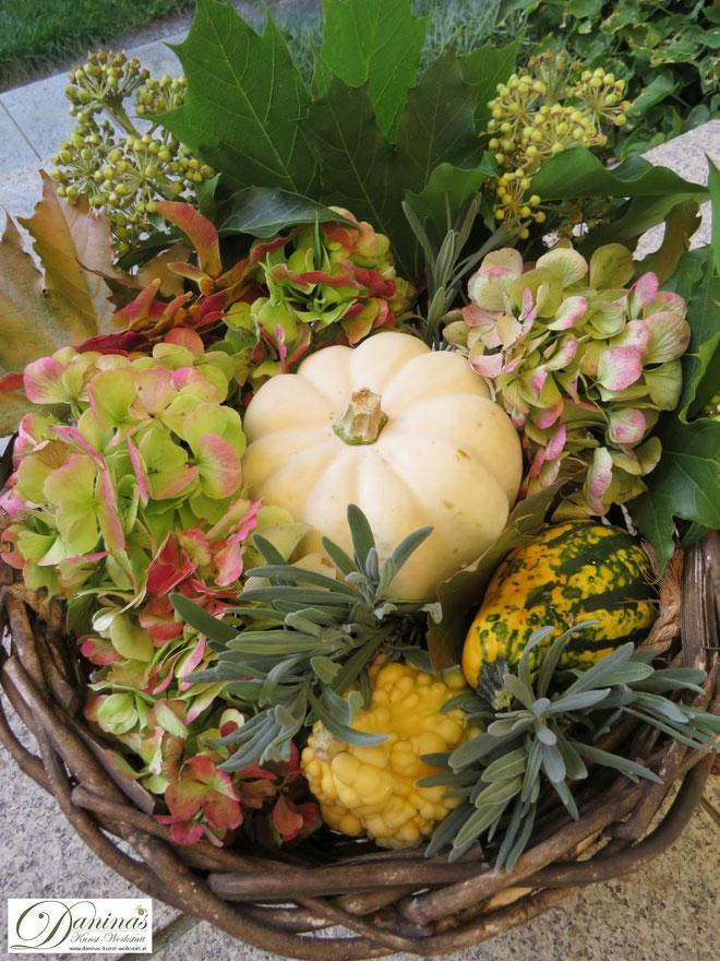 Weidenkorb- Hängeampel mit Kürbissen, Hortensienblüten, Lavendel, Ahornsamen, Efeu und bunten Blättern