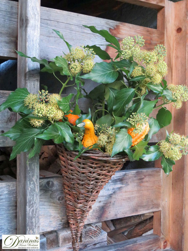 Selbstgemachte Herbstdeko für draussen: Rattan Füllhorn mit Kürbissen und blühendem Efeu