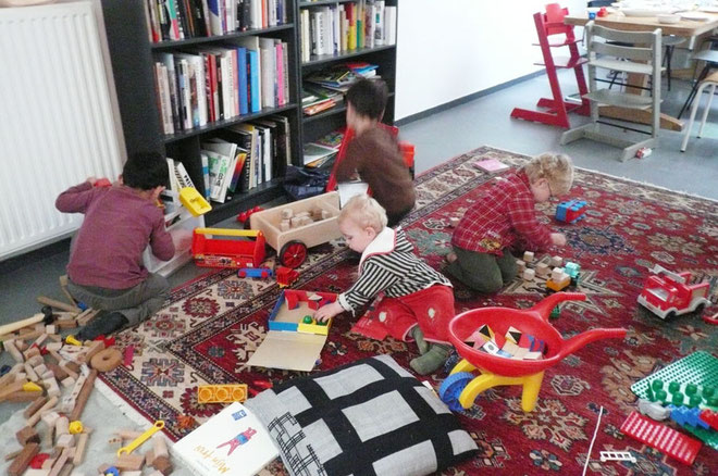 彼らが旅行に出かける前おもちゃコーナーで遊ぶ4人の男の子たち。皆真剣にでもまだそれぞれ一人づつの世界を作って遊んでいます。
