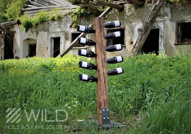Moderner Weinständer aus Altholz und Metall