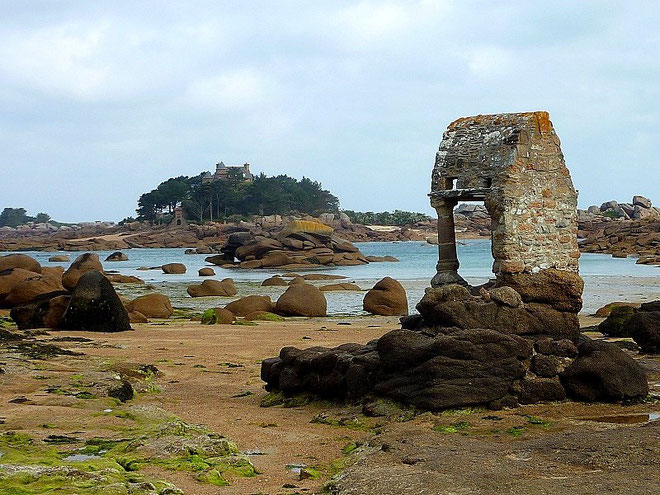 L'oratoire Saint Guirec (XI°Siècle), construit à même la plage / Etape Ploumanach > Port Blanc