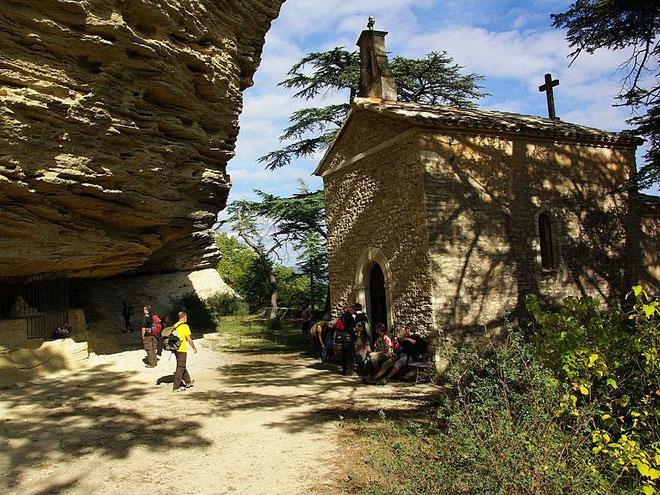 Sous les falaises du Mange Tian, la chapelle Saint Michel en surplomb de la rivière Imergue
