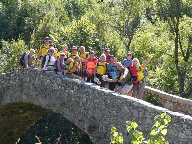 5 septembre 2015 : Photo de groupe sur le Pont de Navacelles qui fait la jonction, au dessus de la Vis, entre le Gard et l'Hérault