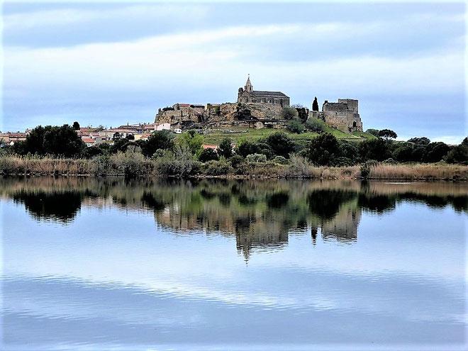 Calme plat sur l'étang de l'Estomac. Reflet du site médiéval de l'Hauture