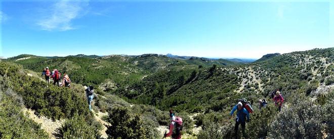 Ciel bleu, collines, romarin, thym et randonneurs... La magie des Alpilles