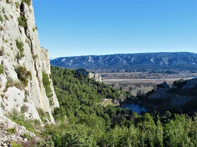 La Vallée Heureuse et son petit lac de carrière sur fond de Petit Luberon