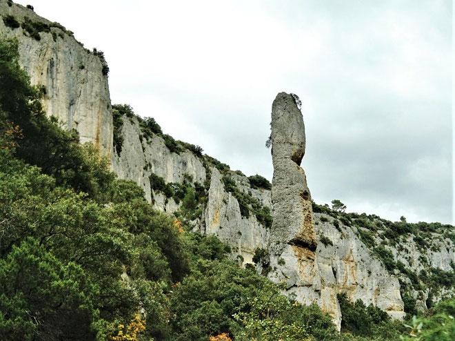 En partie supérieure de la combe de Vaumale, un grand monolithe en forme de doigt pointé vers le ciel