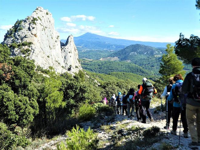 Descente depuis  Le Clapis vers Lafare sur fond de Mont Ventoux