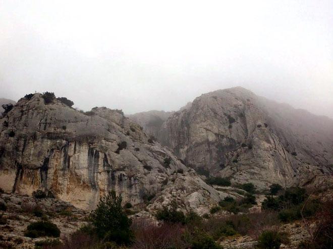 Descente vers le Pas du Berger ; le brouillard se lève