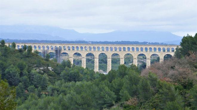 Aqueduc de Roquefavour sur fond de Sainte Victoire dans les nuages
