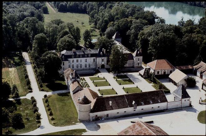Une vue de l'entrée du Chateau de Droupt saint Basle avec sa tour et ses pelouses verdoyante, datant du XVIème siecle