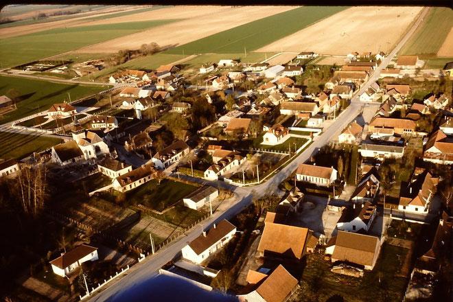 Une vue d'ULM de notre village et une partie de la plaine