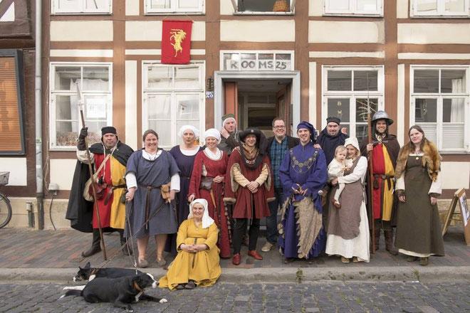 Gruppenfoto zur Lesung am 23.4. mit Derek Meister(Mitte).