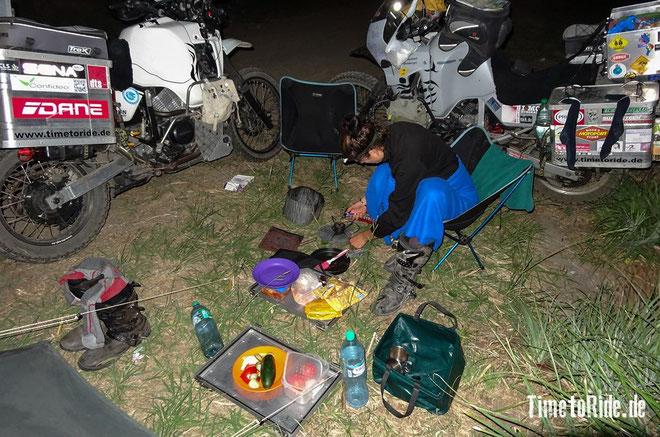 Uruguay - Südamerika - Reise - Motorrad - Honda Transalp - Nächtliches Abendessen vor unserem Zelt am Atlantik bei Kiyu