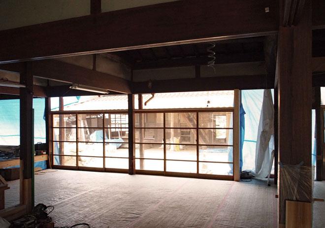 既存の建具を両引きの3枚引戸に再利用