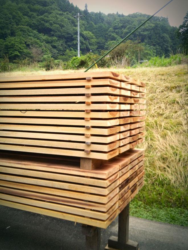 杉板の桟積み乾燥