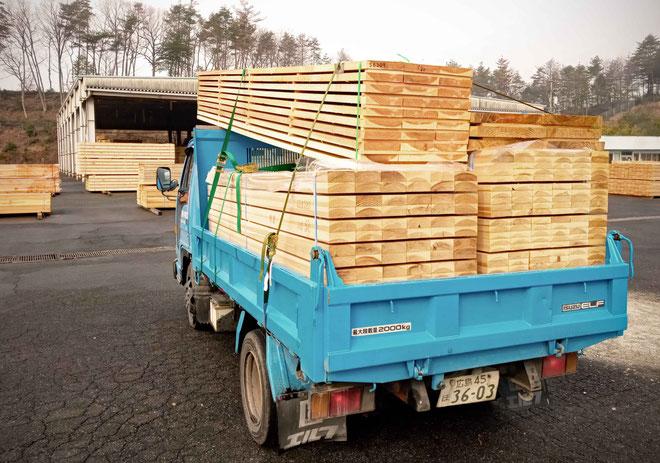木材市場から材料の引き取り