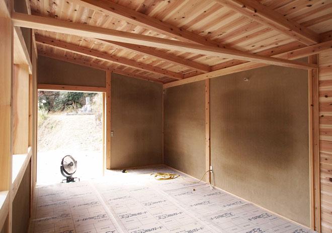 乾燥中の土壁中塗り仕上げ