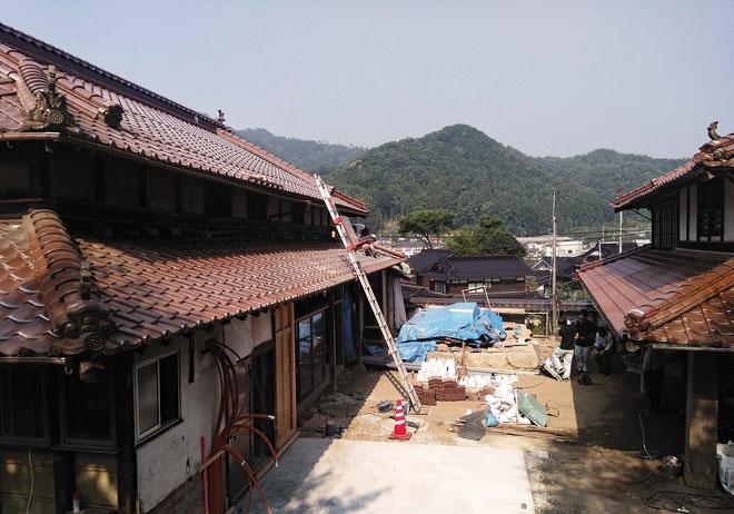 既存の瓦を利用して、屋根を修復中