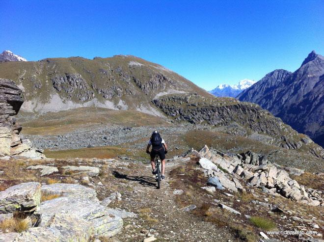 raggiunto il Vallone delle Meyes, scendiamo lievemente di quota per poi conquistare le vetta più alta di oggi!!....Costa Manteau...proprio quella fronte a noi
