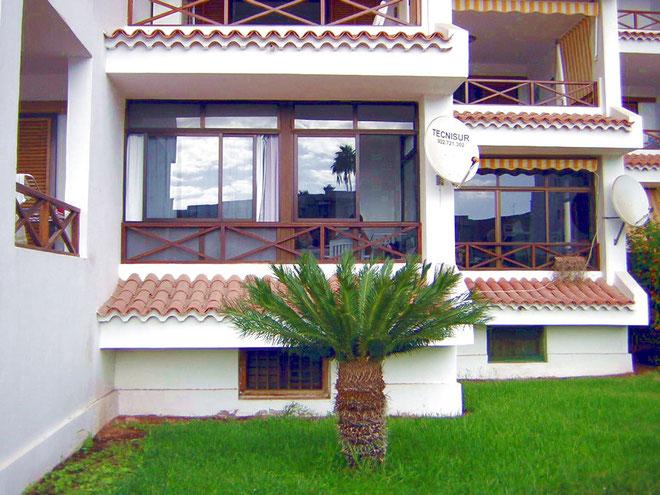 Überdachter Balkon mit Blick auf den Pool im Los Christianos auf Teneriffa