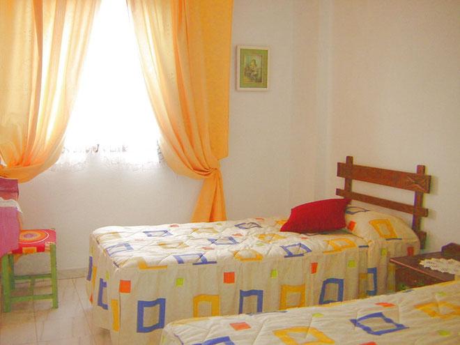 Schlafzimmer mit Einzelbetten der Ferinewohnung Lola mit Pool direkt am Strand von Los Christianos auf Tenerife