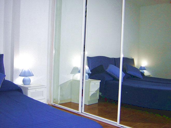 Grosser Einbauschrank im Schlafzimmer des Ferienapartments auf Teneriffa in Los Christianos