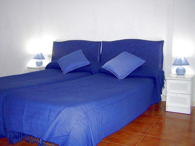 Grosses Schlafzimmer mit Doppelbett in der Ferienwohnung mit Pool in Los Christianos auf Teneriffa