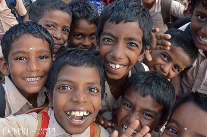 Enfants de l'école fréquentée par nos tambi pour les classes I à VIII - Déc. 2014