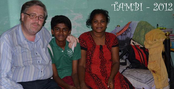 Olivier MARTEAU en présence de Prémkumar, un ancien de TAMBI chez lui, avec sa mère - Tambi 2012