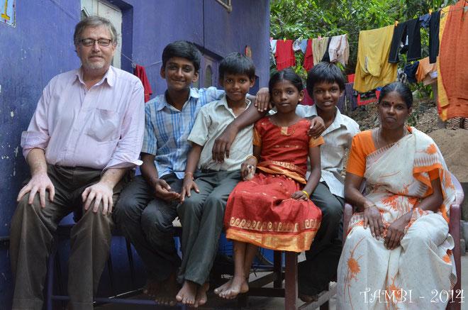 Au centre, entourant leur petite soeur que leur mère (extrême droite) préfère garder avec elle, se trouvent Vengadesh (gauche) et Dinesh (à droite). TAMBI suit ces garçons depuis février 2008...